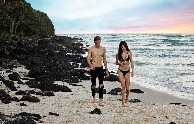 海デートの二人