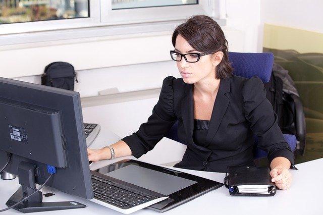 仕事に熱中する女性