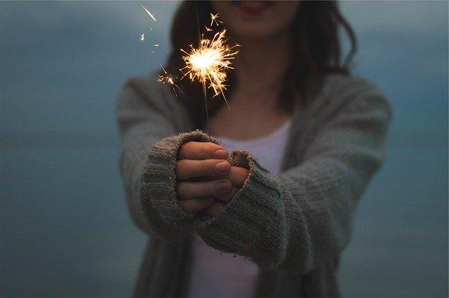 花火をする女性