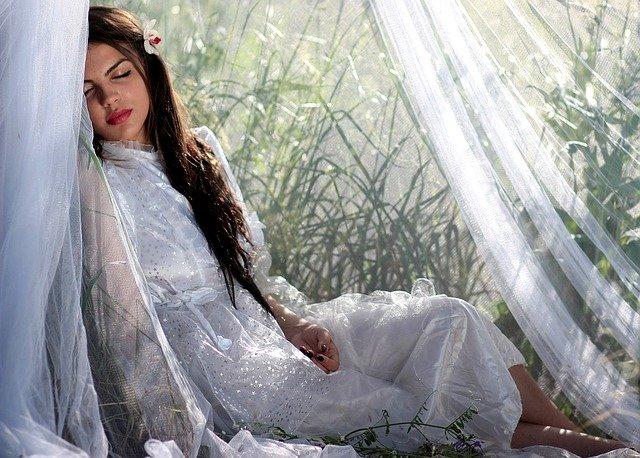 窓辺で眠る女性
